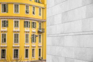 Eine Gelbe Wohnung mit vielen Fenstern