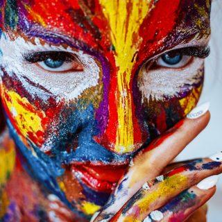 Eine Frau mit Gesichtsbemalung