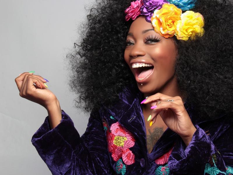 Eine Glückliche Frau mit bunten Blumen am Kopf