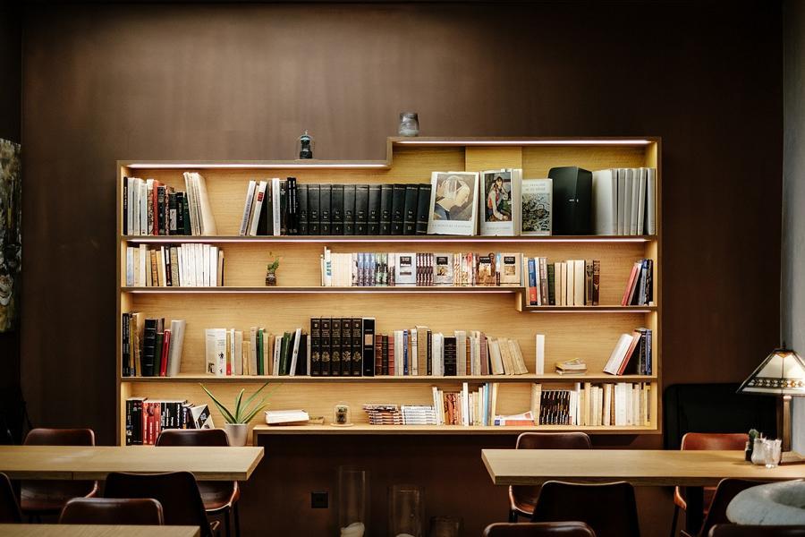 Ein Büro mit Tischen und Bibliothek