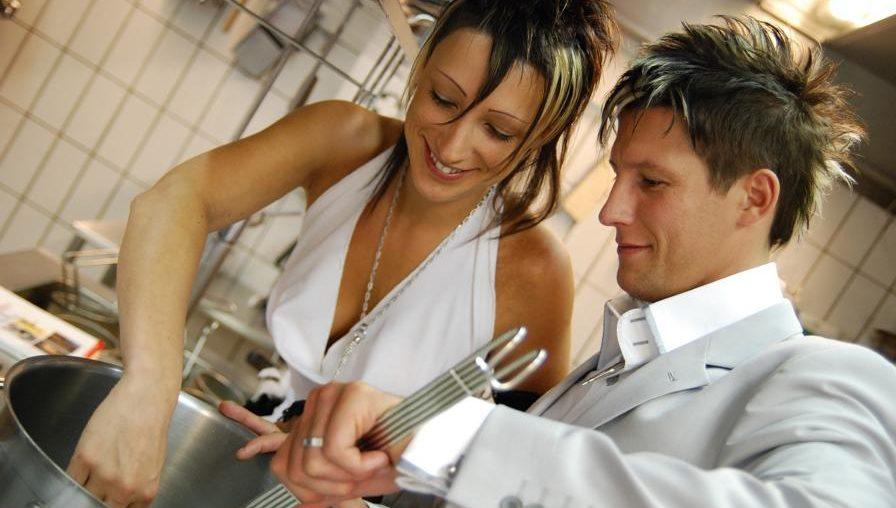 Zwei Personen am Kochen