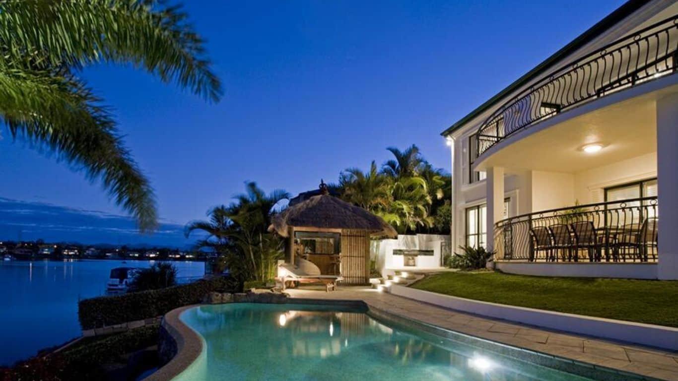 Ein Hotel direkt am Meer mit Swimmingpool