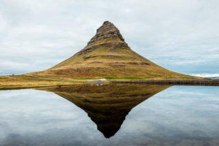 Ein Berg hinter einem See