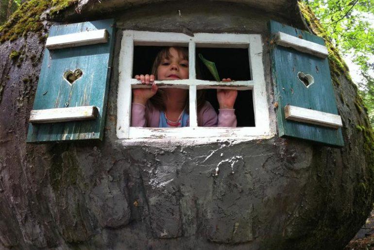Ein kleines Mädchen das aus dem Fenster schaut