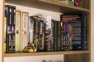Ein Bücherregal voller Bücher