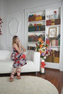 Eine Dame die sich Ihr Hausbibliothek anschaut
