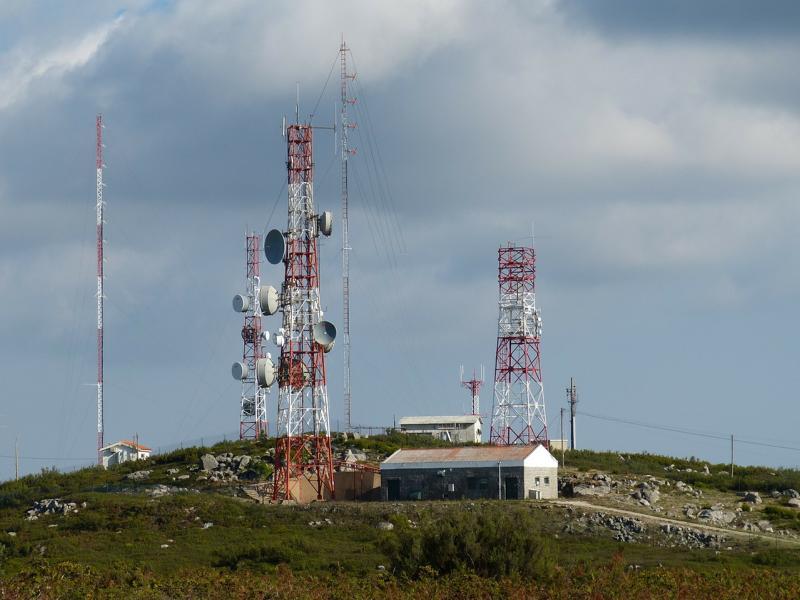 Verschiedene Funkmasten auf einem Hügel