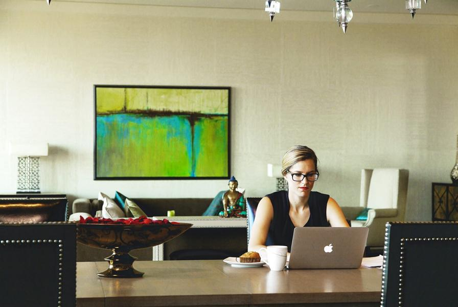 Eine Dame die Zuhause am Laptop arbeitet