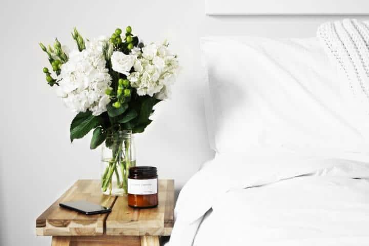 Blumen neben dem Bett im Schlafzimmer