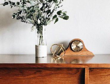 Ein Wandregal mit Deko und Trockenpflanzen