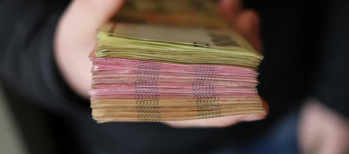 Feng Shui Tipps für Reichtum von einer Person der Geld in der Hand hat