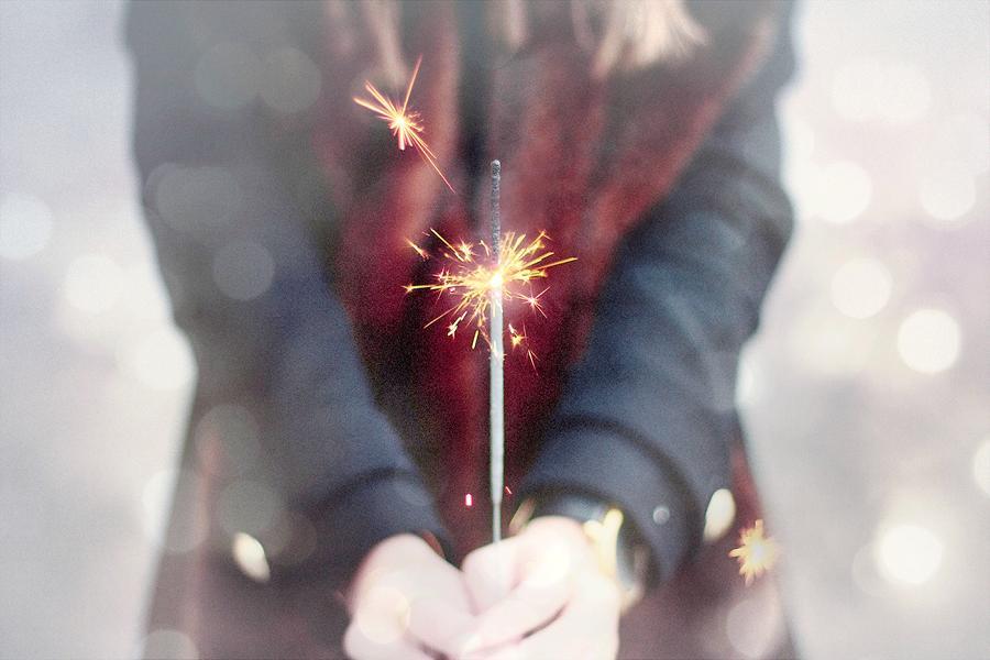 Ein Mädchen die ein Wunderkerze in der Hand hält