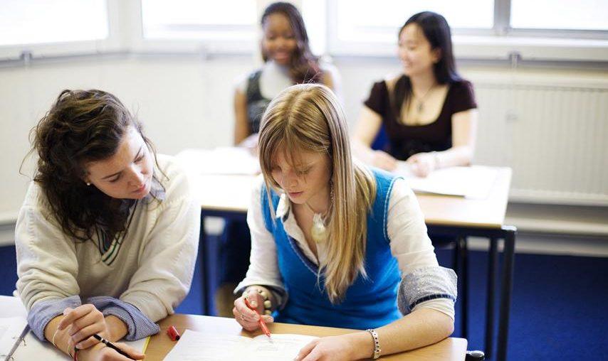 Ein Klassenraum mit vier Schülerinnen