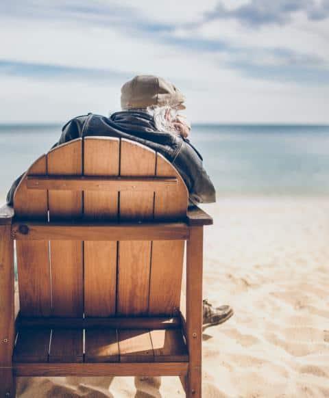 alter Herr am sitzen und beobachten