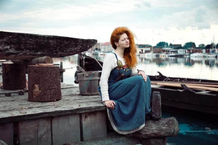 Eine Dame mit Roten Haaren am Hafen
