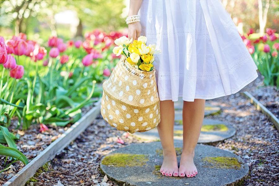 Eine Frau die im Garten läuft