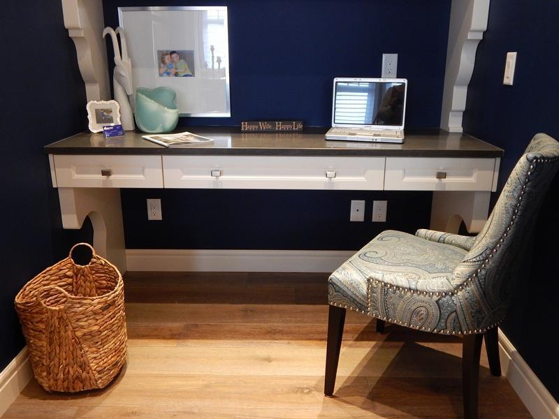 Ein Schreibtisch an der Wand und ein Sessel im dunklen Raum