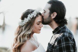 Die Braut kriegt ein Kuss auf die Stirn