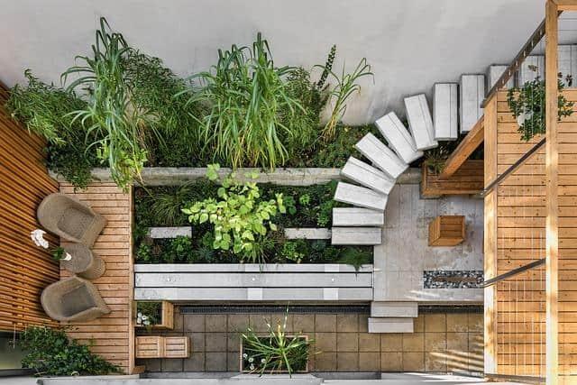 Eine Terasse mit Treppen und Pflanzen