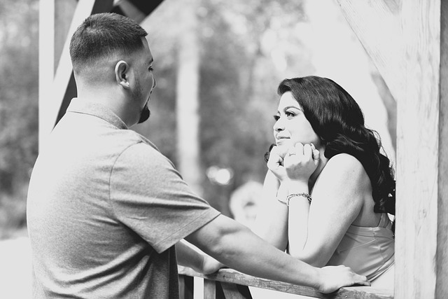 Ein Liebespaar die sich gegenseitig anschaut