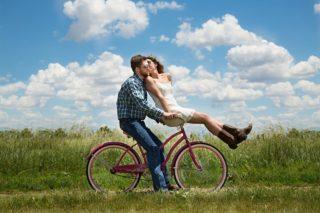 Ein Liebespaar auf dem Fahrrad
