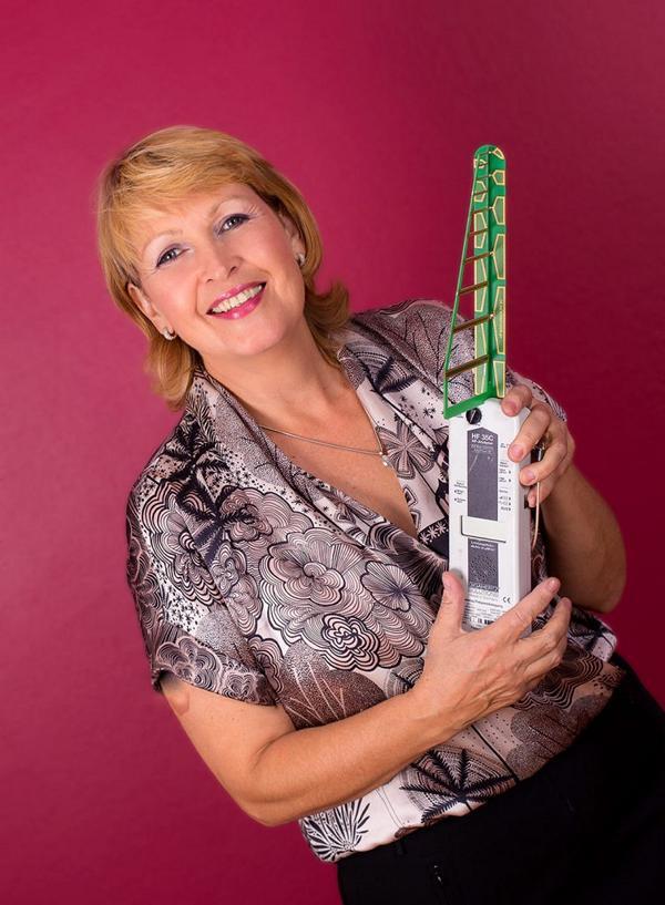 Petra Coll Exposito mit einem Elektrosmog Gerät in der Hand