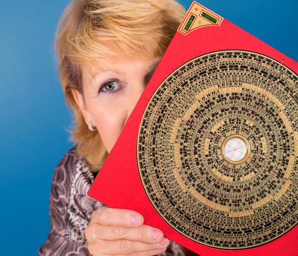 Petra Coll Exposito hinter Luo Pan Kompass