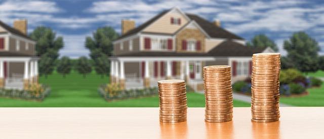 Münzen im Vordergrund Häuser im Hintergrund