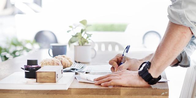 Ein Mann am Schreibtisch am schreiben