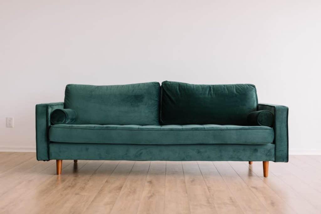 Feng Shui grüne Couch und braune Möbelfüße