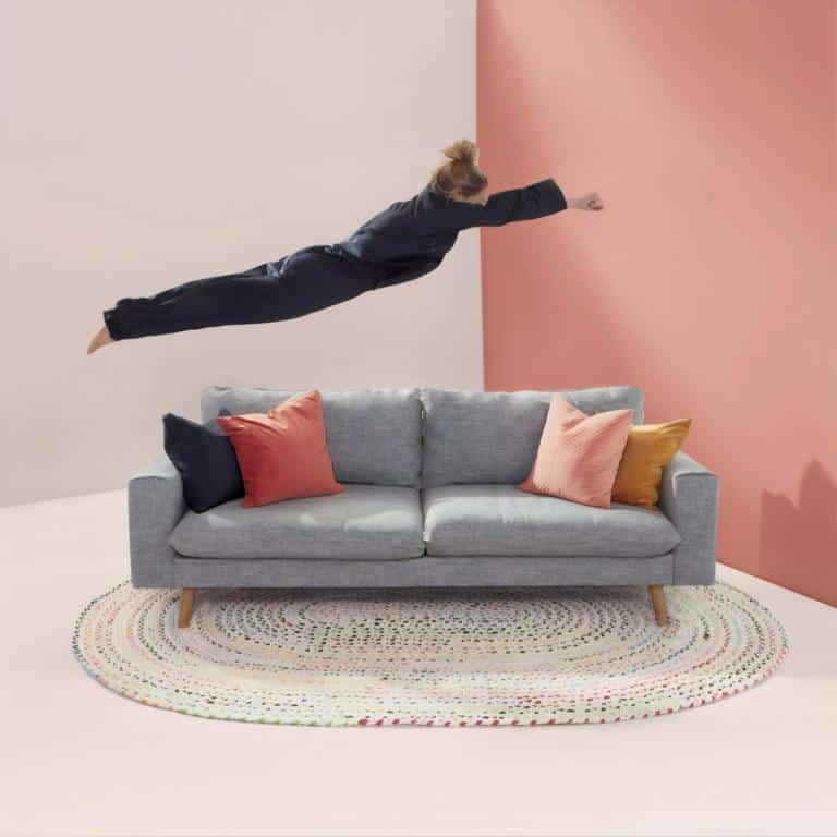 Eine Dame die auf ein Sofa springt - Wohntrends 2020