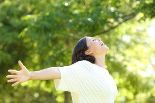 Frau ist Glücklich mit Feng Shui im Garten