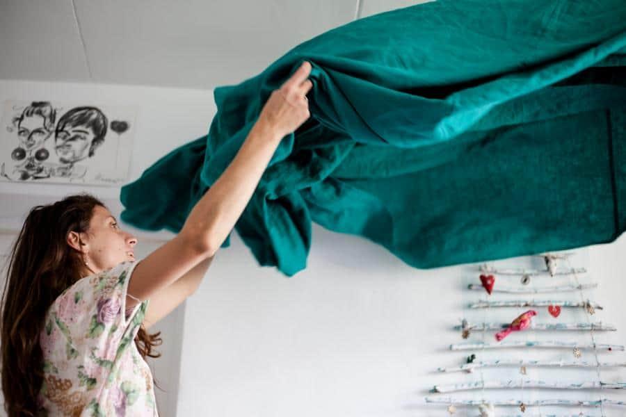 Eine Dame mit ordnet ihr Zimmer für mehr Sauberkeit