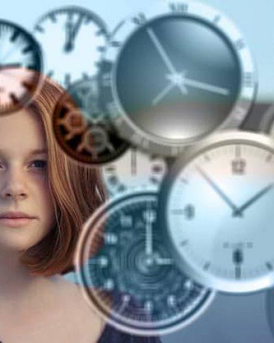 Eine Frau hinter sehr vielen Uhren